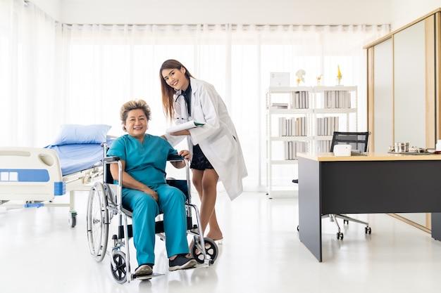 Docyor checkup paziente anziano Foto Premium