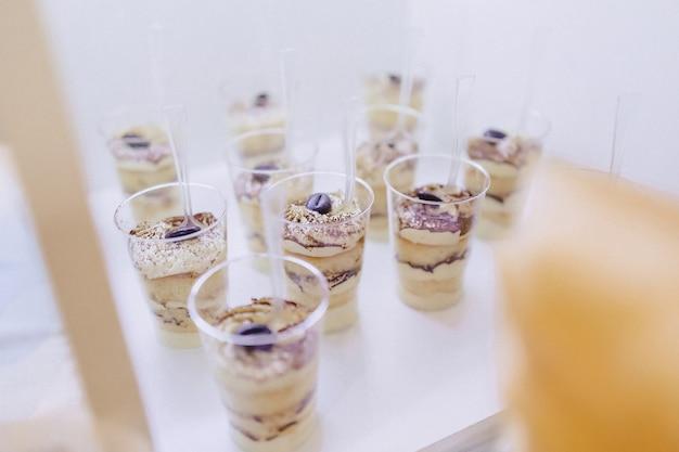 Dolce buffet festivo, frutta, berretti, maccheroni e dolci Foto Premium