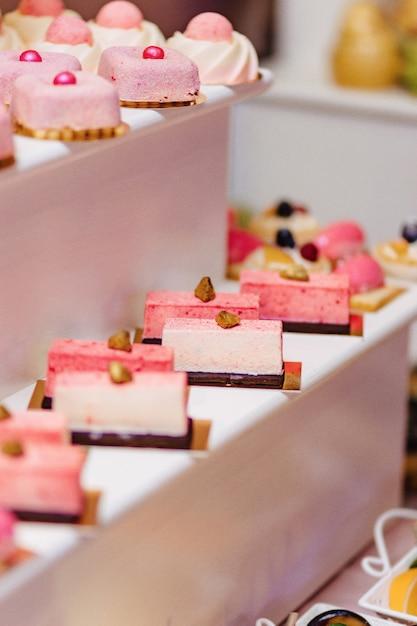 Dolce buffet festivo, frutta, berretti, maccheroni e tanti dolci Foto Premium