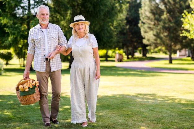 Dolce coppia che cammina sull'erba Foto Gratuite