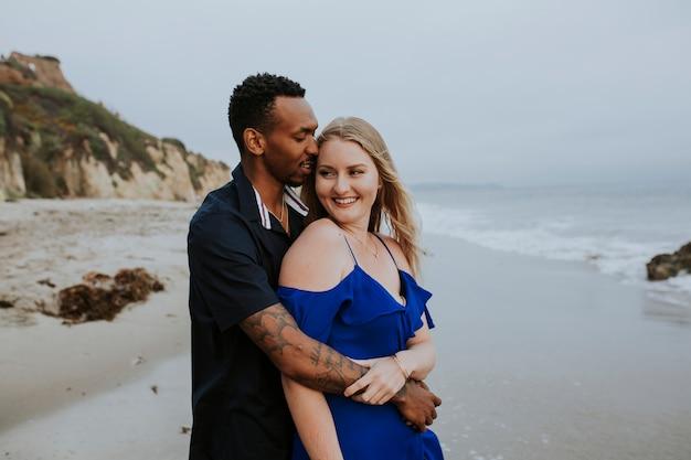 Dolce coppia in spiaggia Foto Premium
