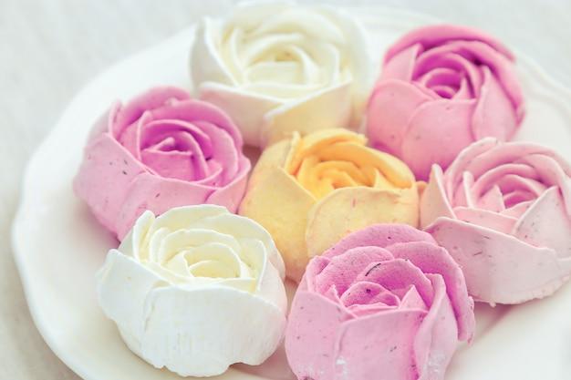 Dolce marshmallow, mix di dolci multicolori sul piatto bianco Foto Premium