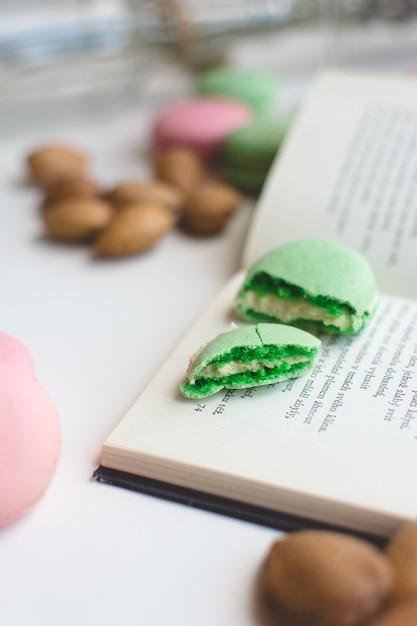 Dolce pausa con macarons e libro Foto Gratuite