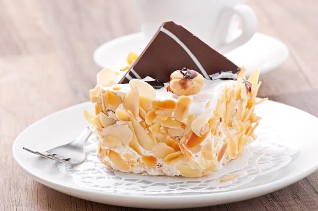 Dolce torta di mandorle con panna montata e cioccolato Foto Premium