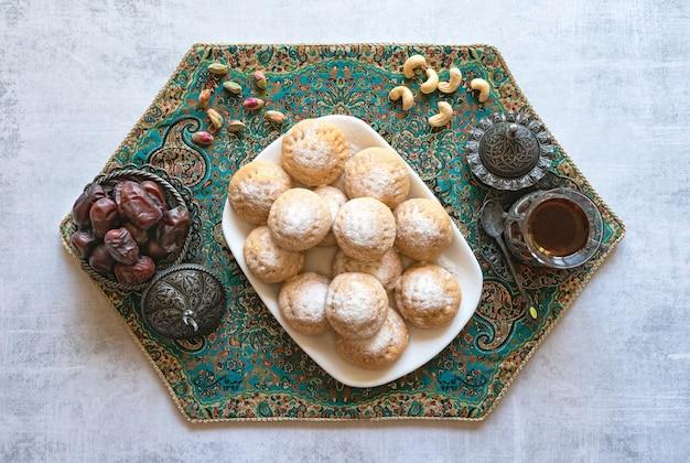 Dolci del ramadan con tè e datteri Foto Premium