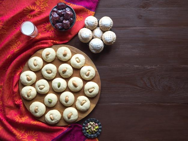 Dolci di ghorayeba. eid mangia. biscotti della festa islamica di el fitr. sfondo di dolci ramadan. Foto Premium