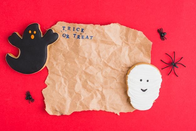Dolci di halloween intorno a carta artigianale Foto Gratuite