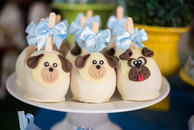 Dolci e decorazioni da tavola - tema cane - compleanno per bambini Foto Premium