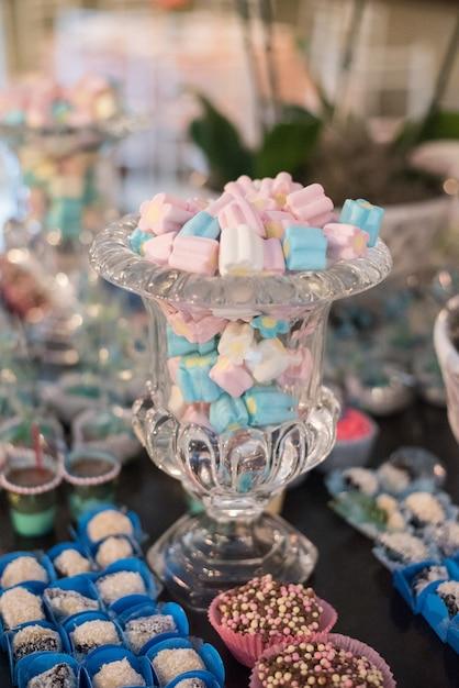 Dolci e decorazioni sul tavolo - tema del giardino di compleanno per bambini Foto Premium