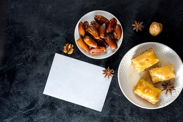 Dolci orientali con date frutta e carta Foto Gratuite