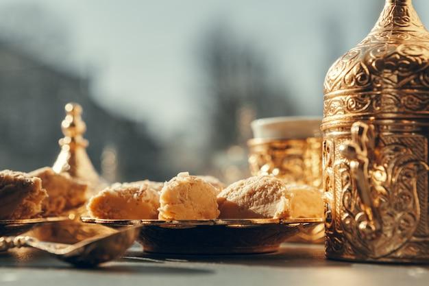 Dolci turchi con caffè su una tavola di legno Foto Premium