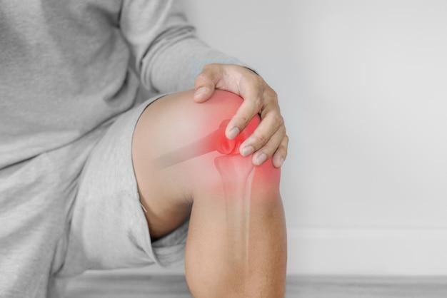 Dolori articolari, artrite e problemi ai tendini. un uomo che tocca nee al punto di dolore Foto Premium