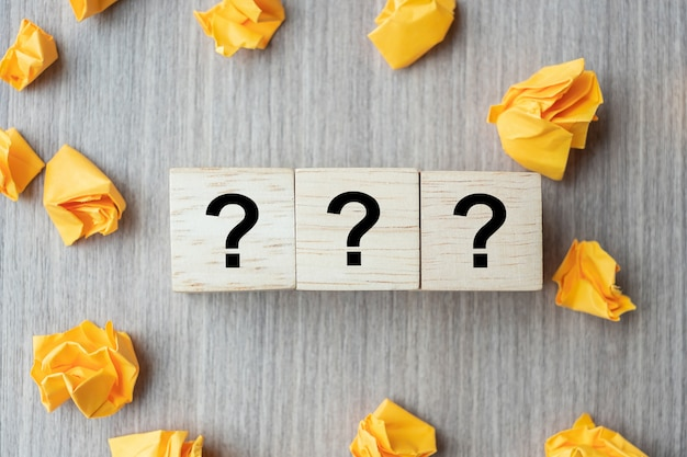 Domande mark (?) parola con cubo di legno Foto Premium