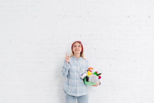 Domestica della giovane donna che indica sopra Foto Gratuite