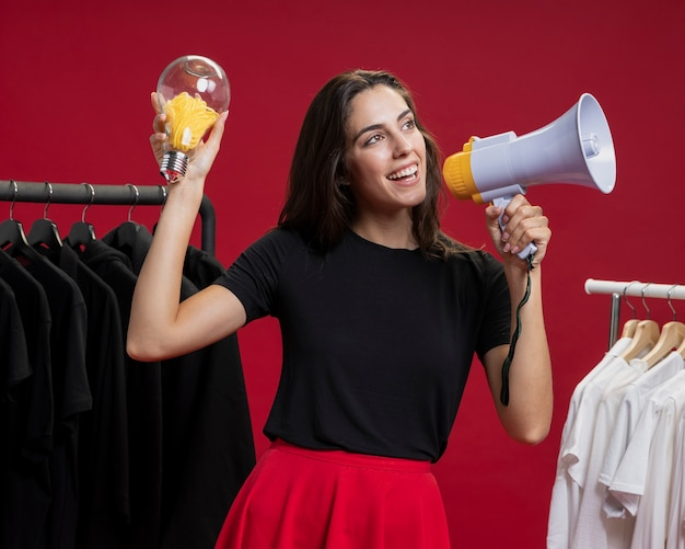 Donna a fare shopping gridando con un megafono Foto Gratuite