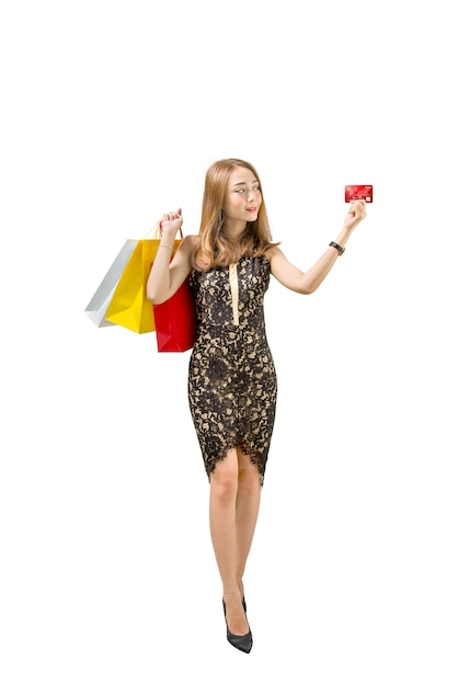 Donna abbastanza asiatica con i sacchetti della spesa che mostrano la sua carta di credito Foto Premium