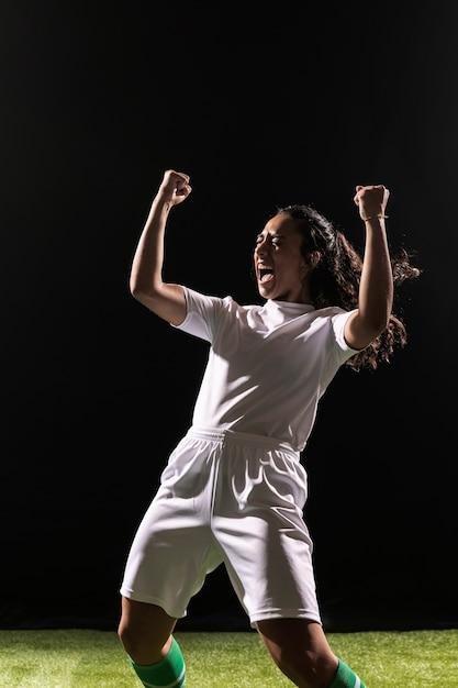 Donna adulta in abiti sportivi che celebra Foto Gratuite