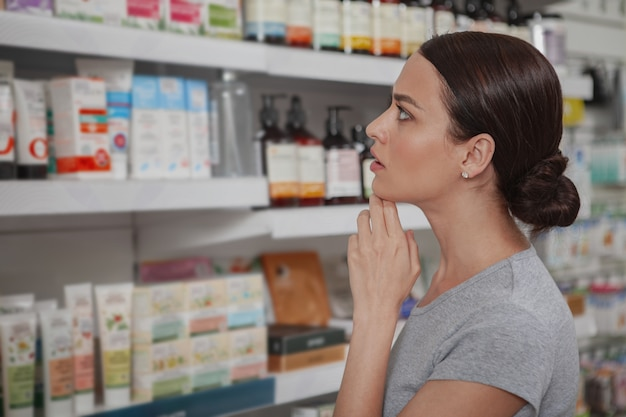 Donna affascinante shopping in farmacia Foto Premium
