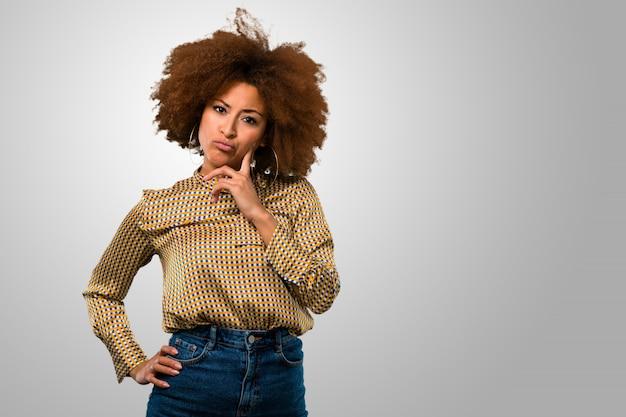Donna afro pensierosa che ha dubbi Foto Premium