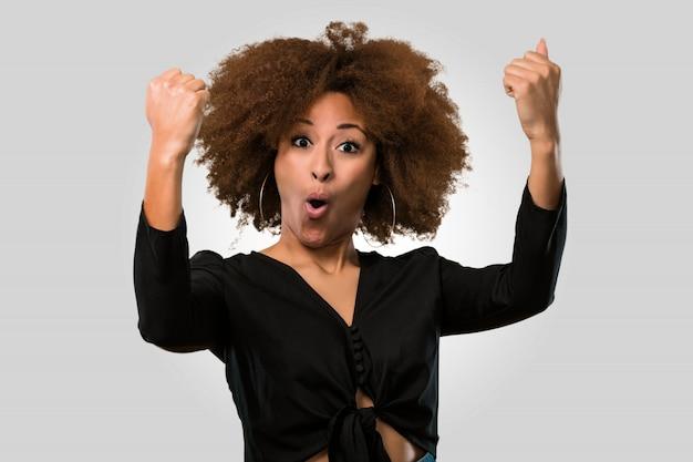 Donna afro vincente, affrontare il primo piano Foto Premium