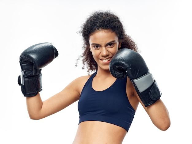 Donna afroamericana dalla pelle scura che posa in una tuta sportiva Foto Premium