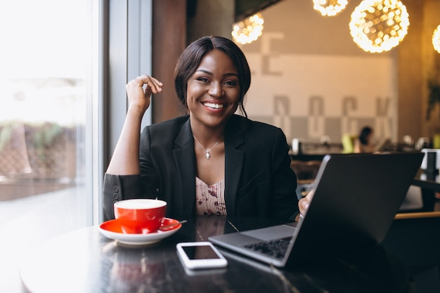 Donna afroamericana di affari che lavora in un caffè Foto Gratuite