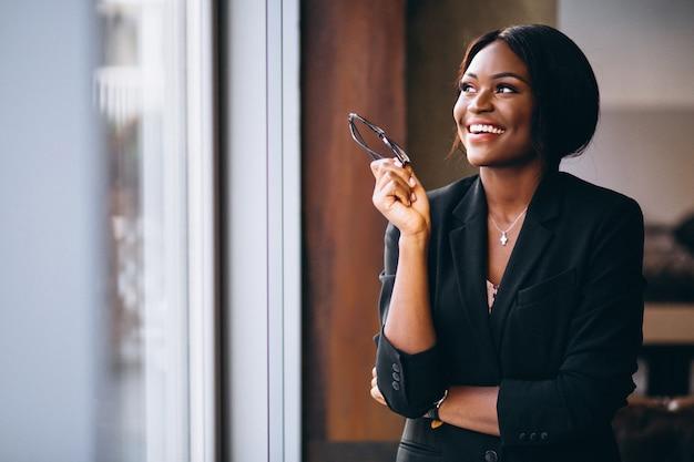 Donna afroamericana di affari dalla finestra Foto Gratuite