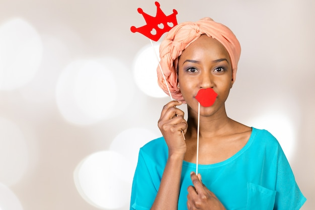 Donna afroamericana divertendosi con i puntelli della foto Foto Premium