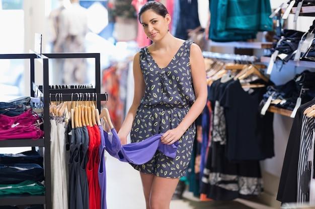 Donna al centro commerciale Foto Premium