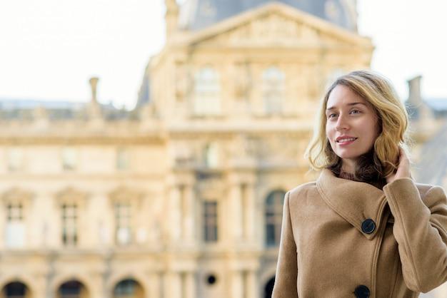 Donna al louvre parigi, francia Foto Premium