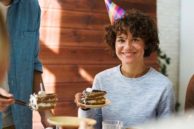 Donna alla festa di compleanno Foto Gratuite