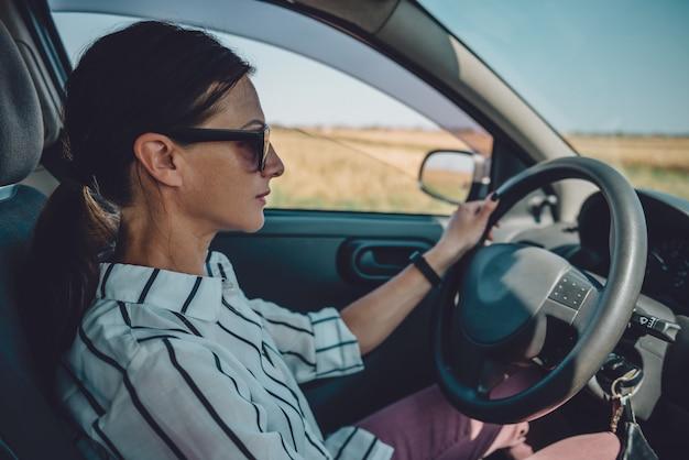 Donna alla guida di auto Foto Premium