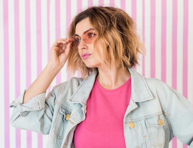 Donna alla moda che osserva via Foto Gratuite