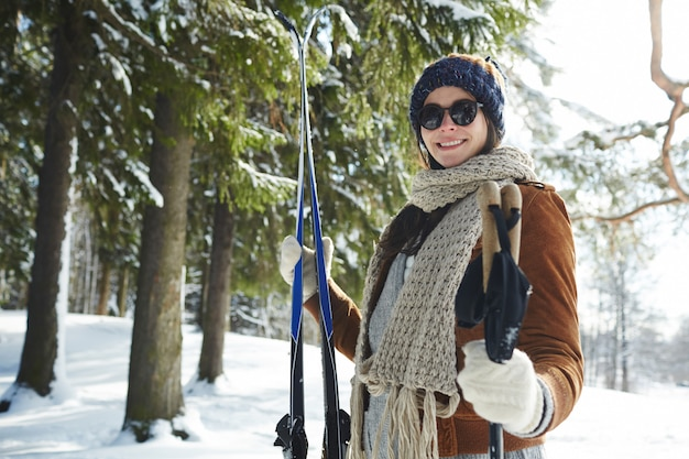 Donna alla stazione sciistica Foto Gratuite