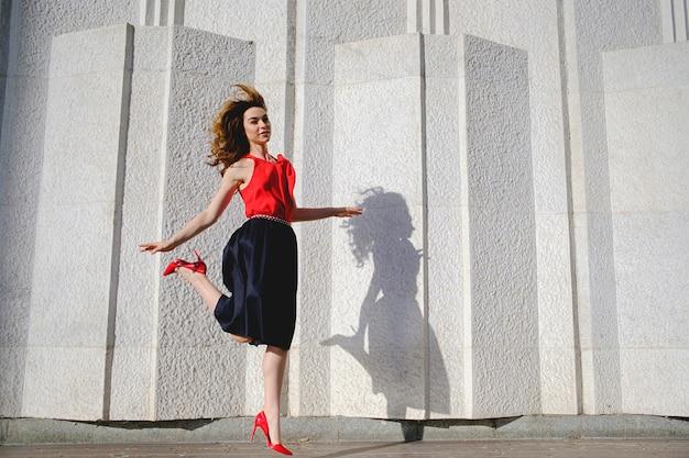 Donna allegra che salta felice Foto Gratuite