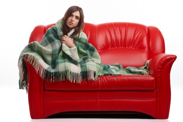 Donna ammalata che si siede sul divano con una coperta scaricare foto gratis - Divano ecopelle che si spella ...