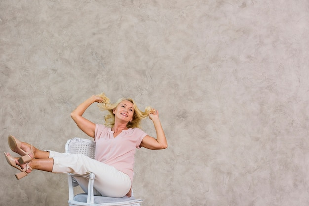Donna anziana a lungo termine che esprime felicità con lo spazio della copia Foto Gratuite