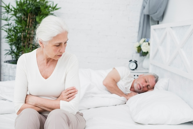 Donna anziana arrabbiata e stanca sveglia Foto Gratuite