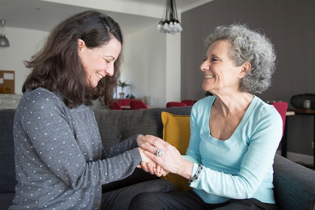 Donna anziana positiva e sua figlia che chiacchierano Foto Gratuite