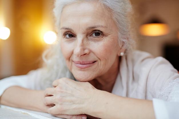Donna anziana sorridente Foto Gratuite