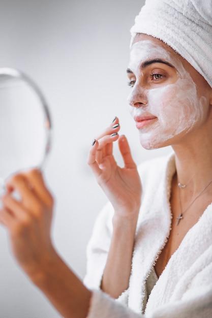 Donna applicando la maschera di bellezza Foto Gratuite