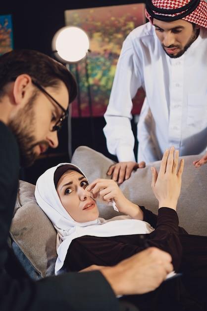 Donna araba con il marito alla ricezione dello psicologo Foto Premium