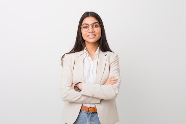 Donna araba di giovani affari isolata contro un bianco che si sente sicuro, incrociando le braccia con determinazione. Foto Premium
