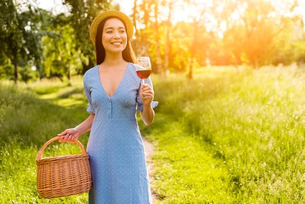 Donna asiatica che cammina con il vetro al sole Foto Gratuite