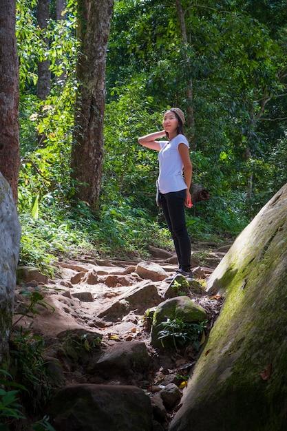 Donna asiatica che fa un'escursione nel legno. Foto Premium