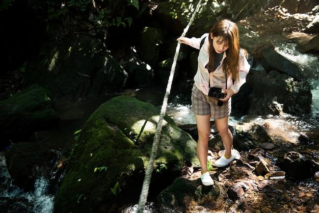 Donna asiatica che gode di un viaggio all'aperto Foto Gratuite