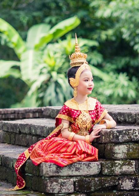 Donna asiatica che indossa un tipico abito tradizionale thailandese, significa letteralmente Foto Premium