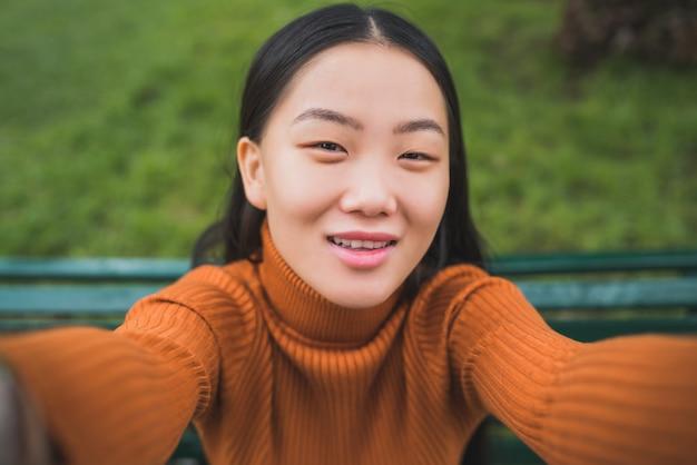 Donna asiatica che prende un selfie Foto Gratuite