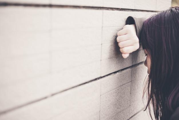 Donna asiatica che si siede da solo e depresso, ritratto di giovane donna stanca. depressione Foto Premium