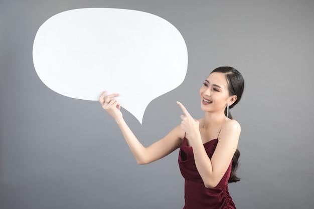 Donna asiatica che tiene e che rispetta al fumetto con spazio vuoto per testo Foto Gratuite